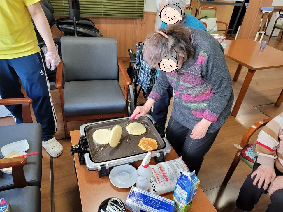 おやつ作り ホットケーキ(介護付き有料老人ホームゆたか)